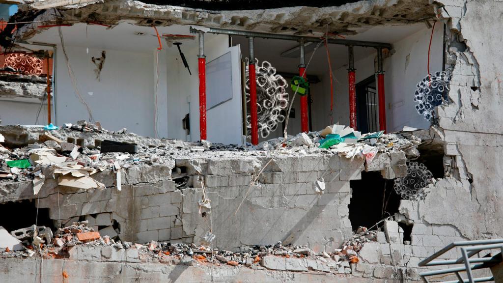 casa destruida por terremoto, escombros de paredes