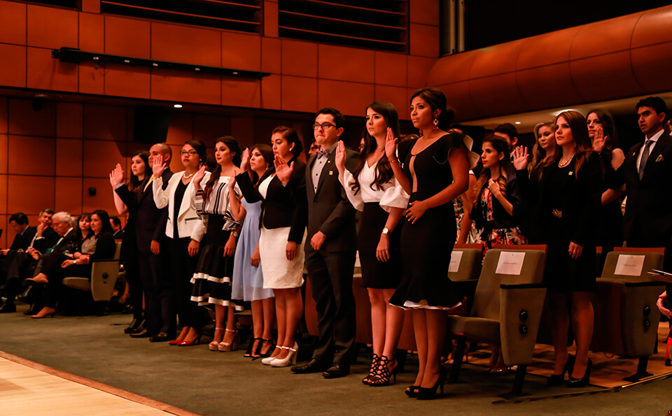 Foto toma de juramento graduandos medicina 2016-2
