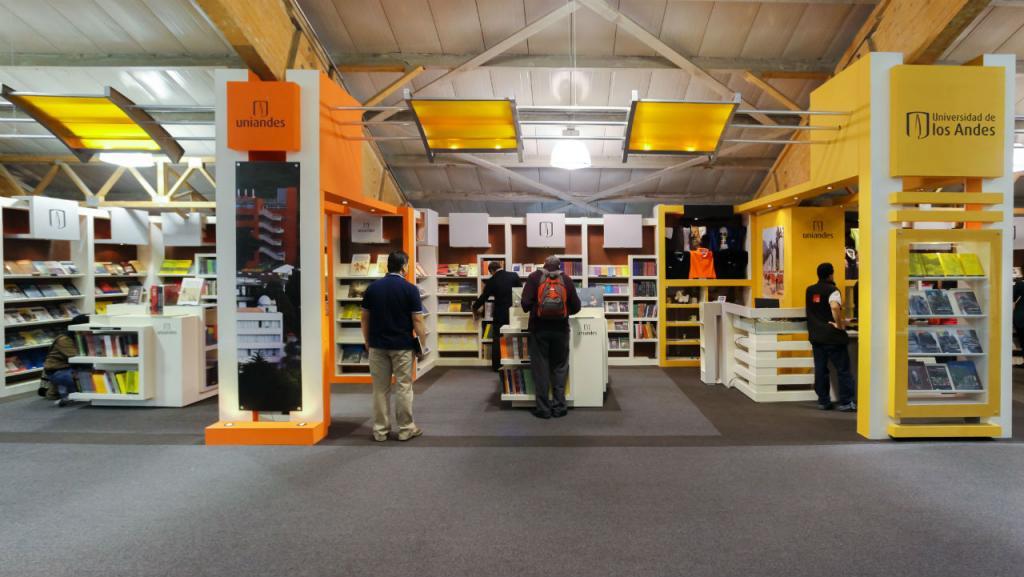 Stand de la Universidad de los Andes en la Feria del Libro.