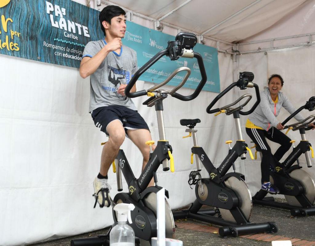 Hombre pedaleando sobre bicicleta estática