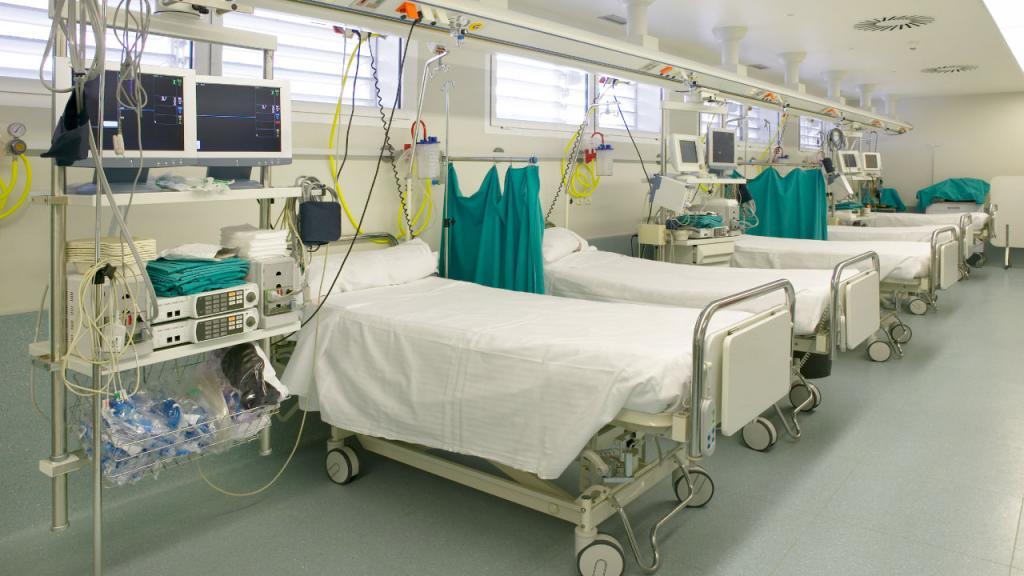 Fotos de camas en una unidad de cuidados intensivos.