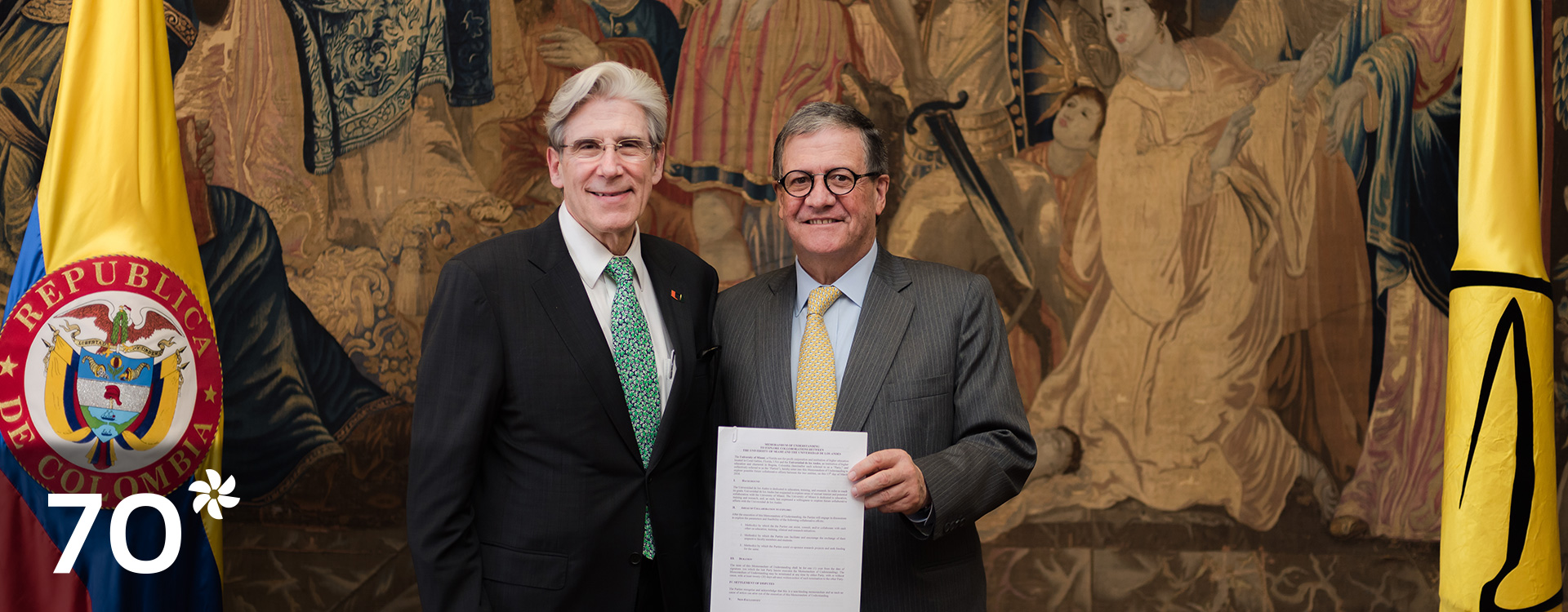 Los rectores de las universidades de Miami y de Los Andes con el convenio firmado en la mano