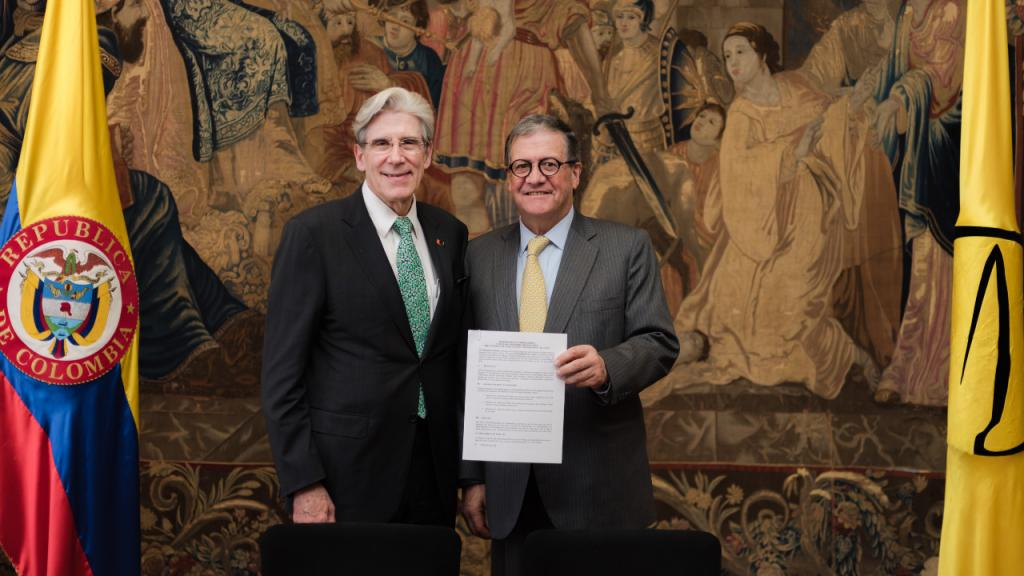 The vice-chancellors of the University of Miami and Los Andes present the signed agreement.