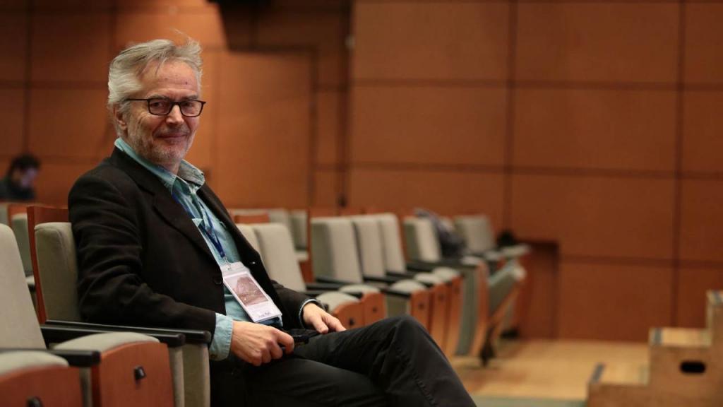 Un señor sentado en un auditorio
