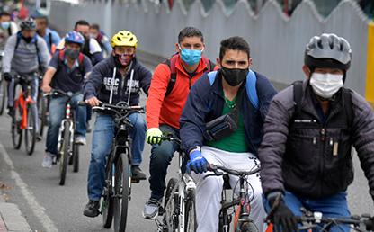 Usuarios de bicicleta con tapabocas