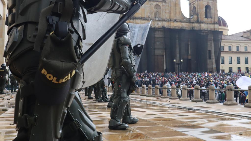 Policías custodian la Plaza de Bolívar, en Bogotá.