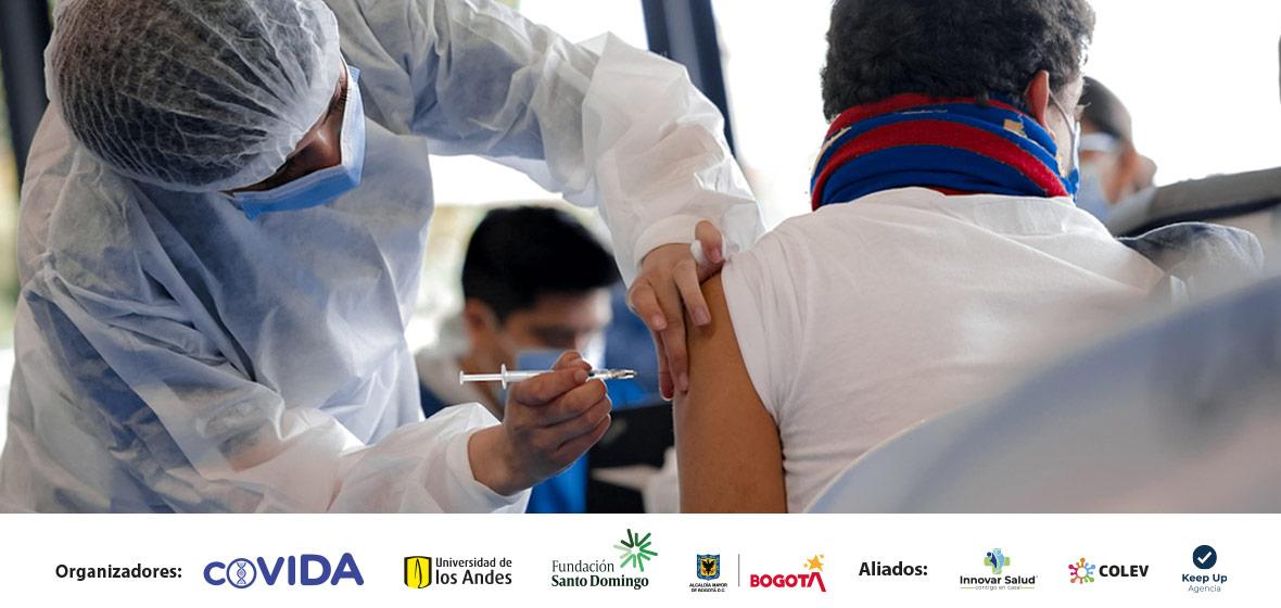 Mujer vacunando a un hombre adulto