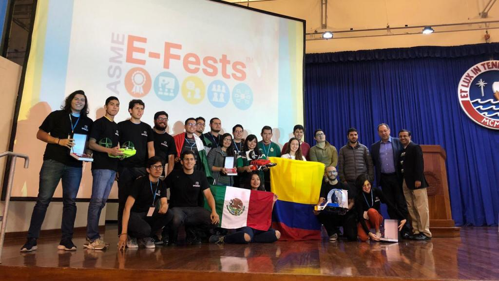 20 jóvenes en una tarima con banderas de Perú y Colombia