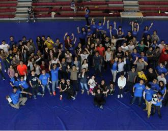 Imagen aérea de un grupo de jóvenes