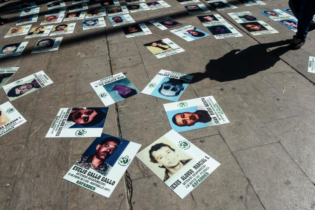 Fotos de personas desaparecidas durante una marcha en Medellín.