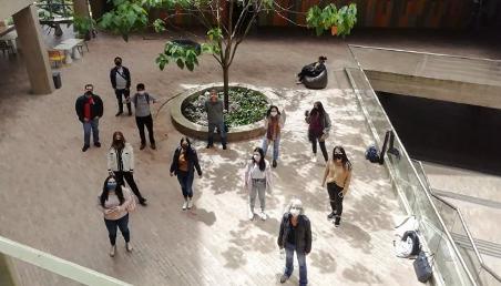 Estudiantes en distanciamiento social