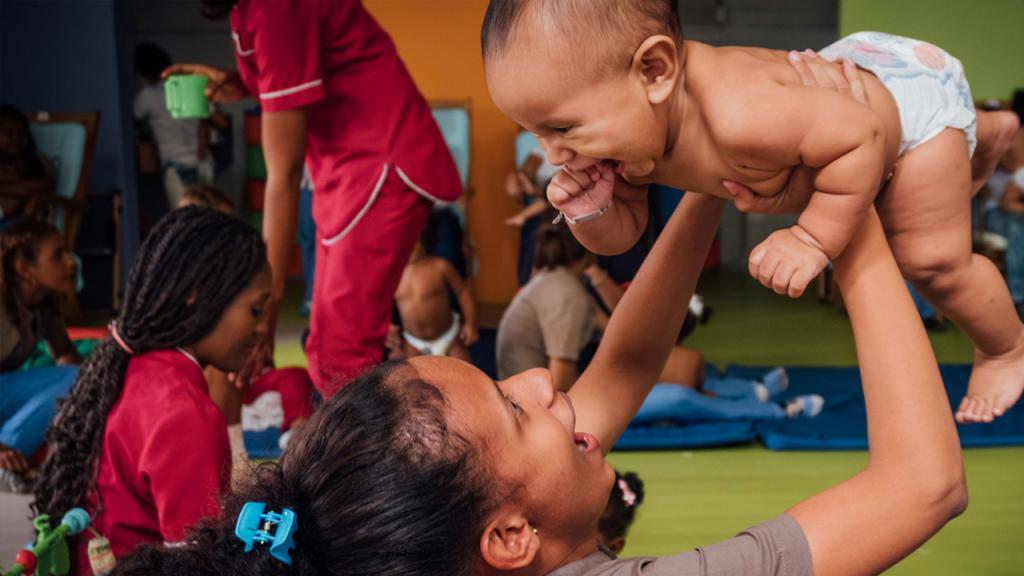 Imagen de madre adolescente jugando con su hijo