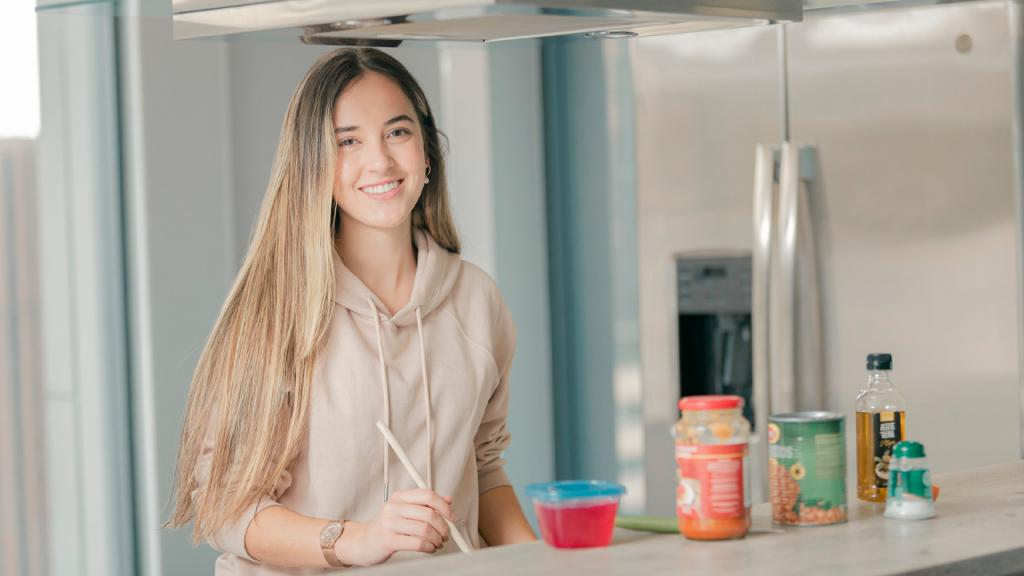 mujer joven en una cocina