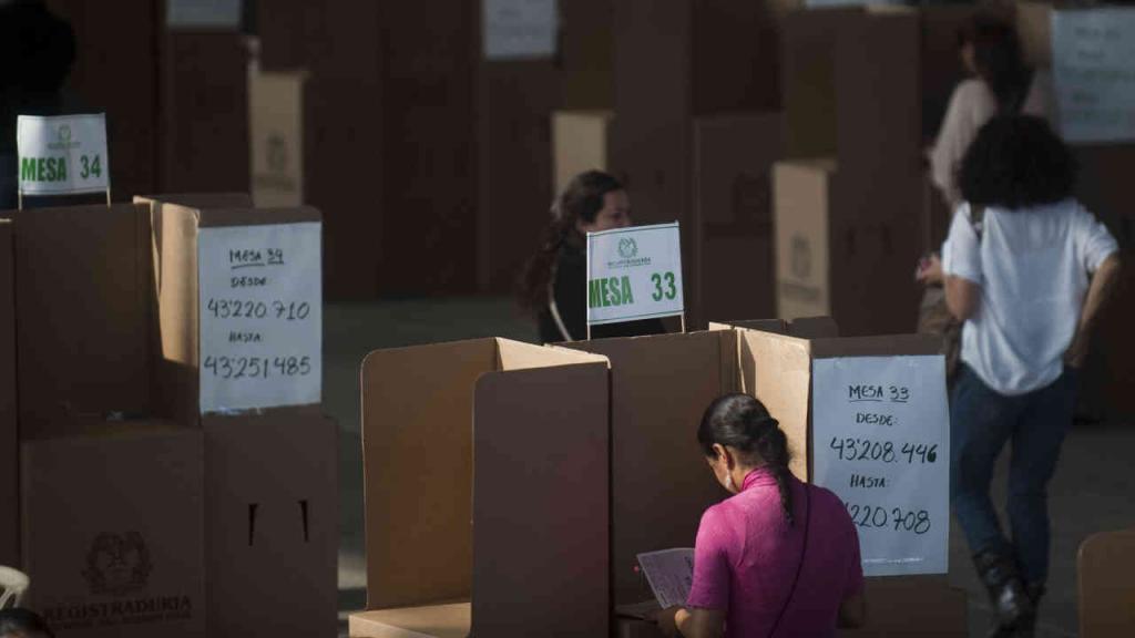 Un grupo de mujeres votando.