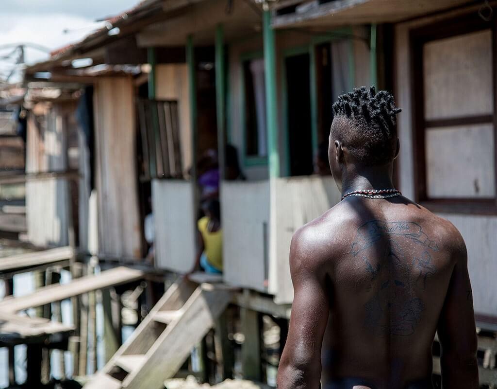 Imagen de la película colombiana X500. Uno de los personajes en una casa colombiana.